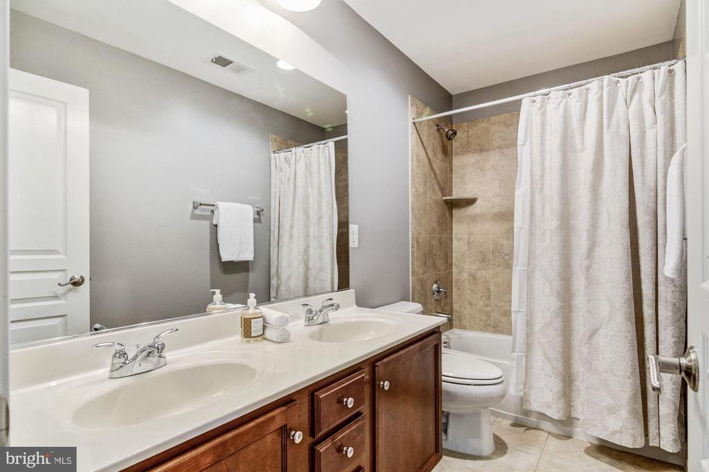Full Hall Bath - 3341 KEMPER RD, ARLINGTON