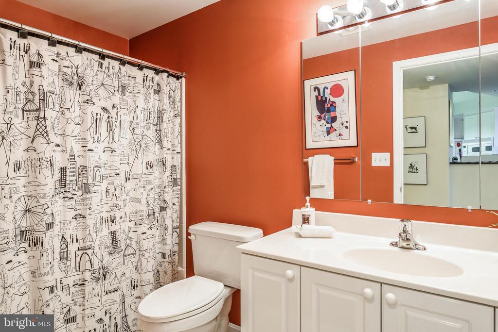 Bathroom with Shower/tub. - 19355 CYPRESS RIDGE TER #615, LEESBURG