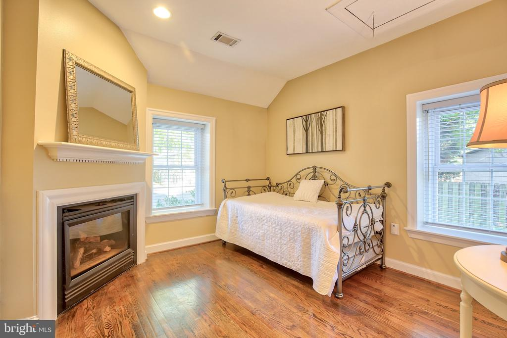 Main floor bedroom - 608 W MARKET ST, LEESBURG