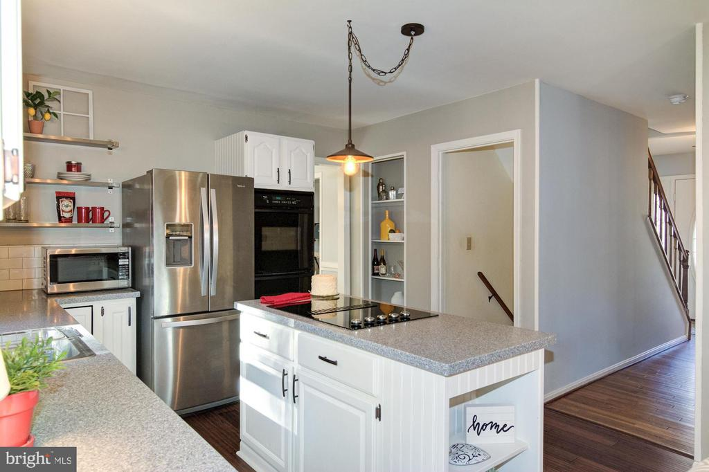 Lovely kitchen leading to basement and foyer. - 21 KELLY WAY, STAFFORD