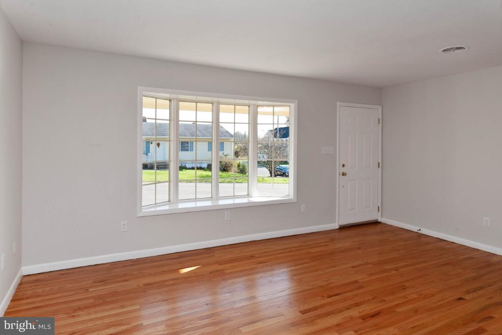 Living rm. bay window & look at those hardwoods - 211 YOUNG AVE, BOONSBORO