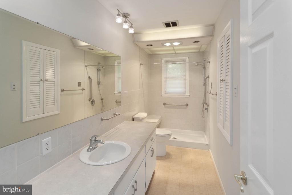 Walk in shower w/ seat & heat lamps - 211 YOUNG AVE, BOONSBORO