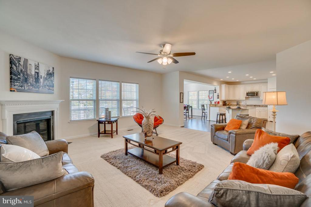 Open floorplan-kitchen, sun room, and family room - 15 LIBERTY KNOLLS DR, STAFFORD