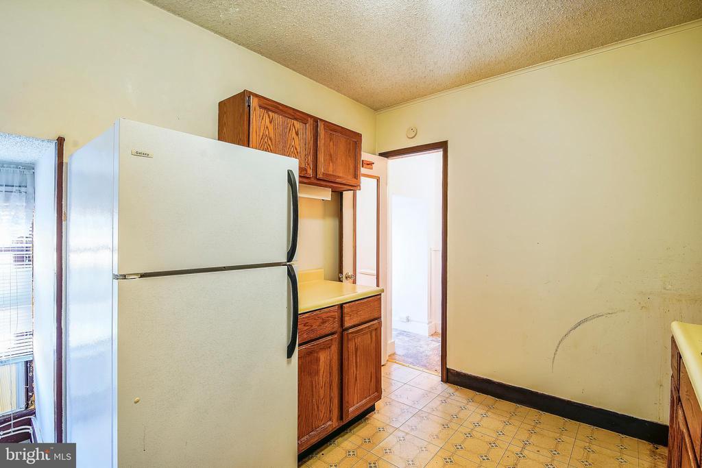 Apartment kitchen - 4931-B GREEN VALLEY RD, MONROVIA