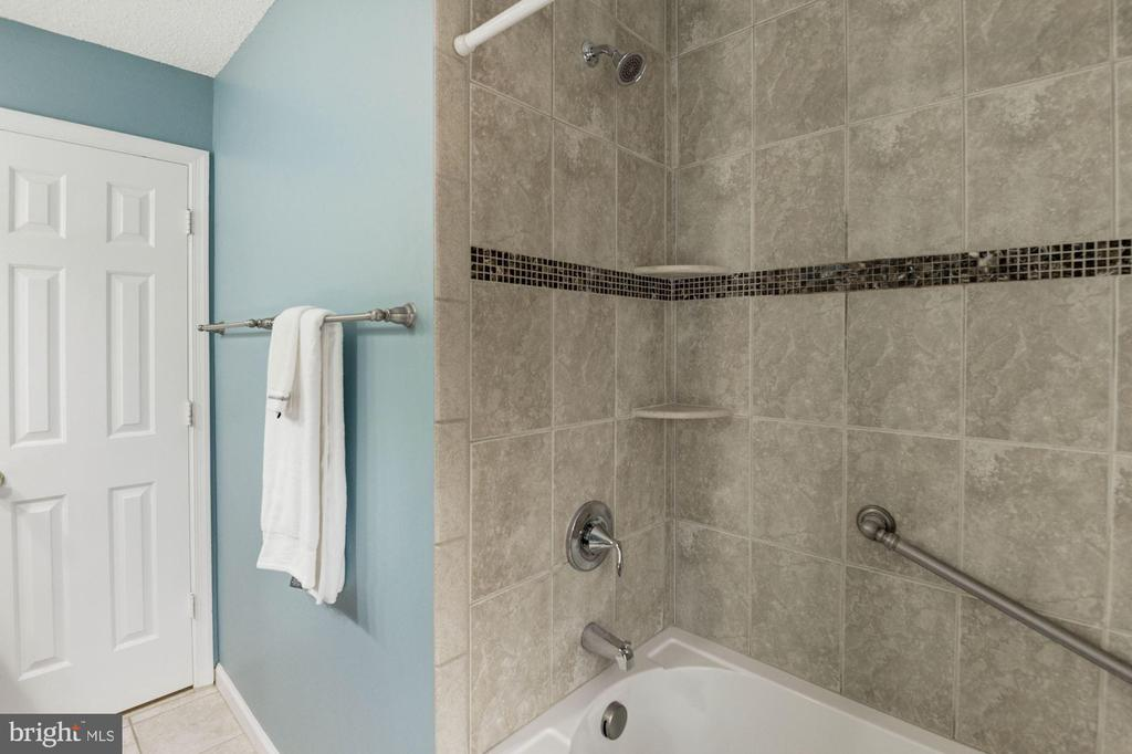 Hall Bathroom - 1304 CASSIA ST, HERNDON