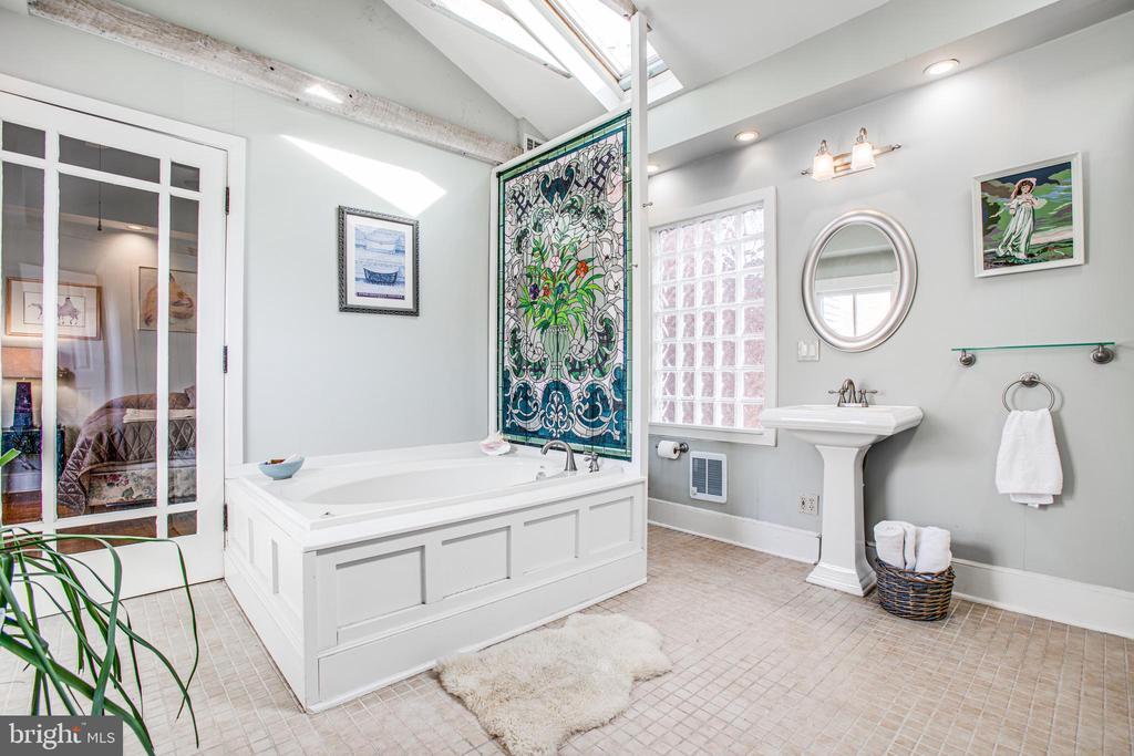 Master Bathroom w/jetted tub - 232 PRINCESS ANNE ST, FREDERICKSBURG