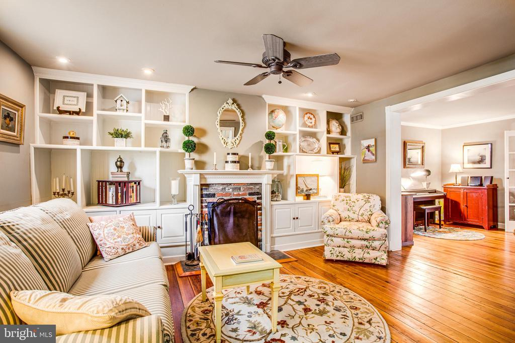 Living room w/Fireplace and fantastic built-ins - 232 PRINCESS ANNE ST, FREDERICKSBURG