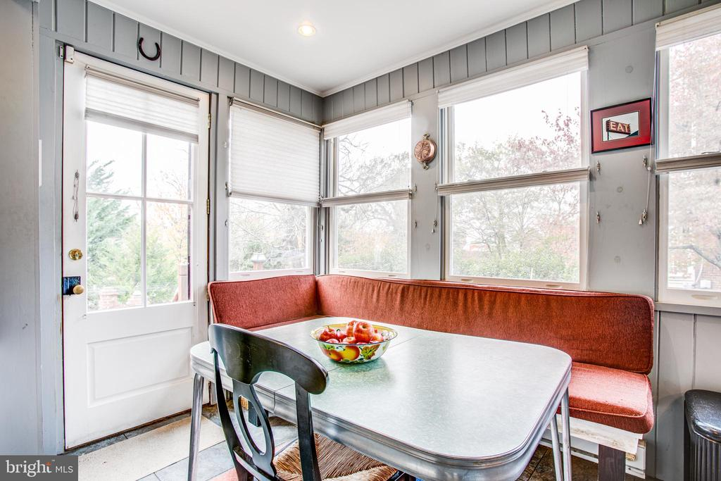 Fabulous dining area in the kitchen - 232 PRINCESS ANNE ST, FREDERICKSBURG