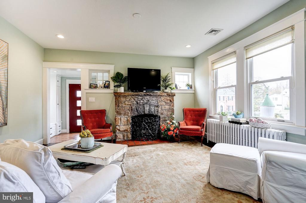 Cozy Fireplace - 2131 N NOTTINGHAM ST, ARLINGTON