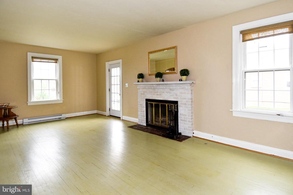 Large Family Room - 106 VALLEY VIEW PL, FREDERICKSBURG
