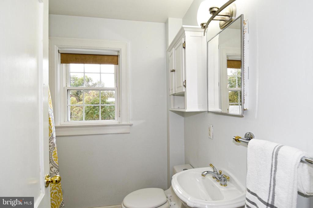 Full Bathroom on the upper level - 106 VALLEY VIEW PL, FREDERICKSBURG