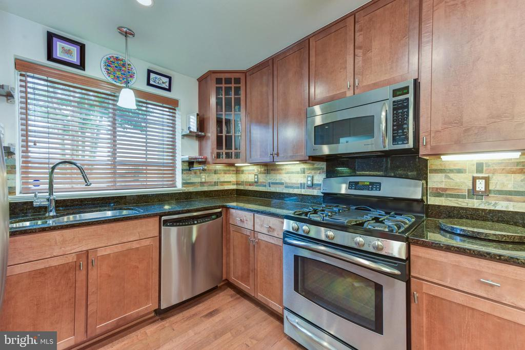 Kitchen window, granite counters,custom backsplash - 4165 S FOUR MILE RUN DR #204, ARLINGTON