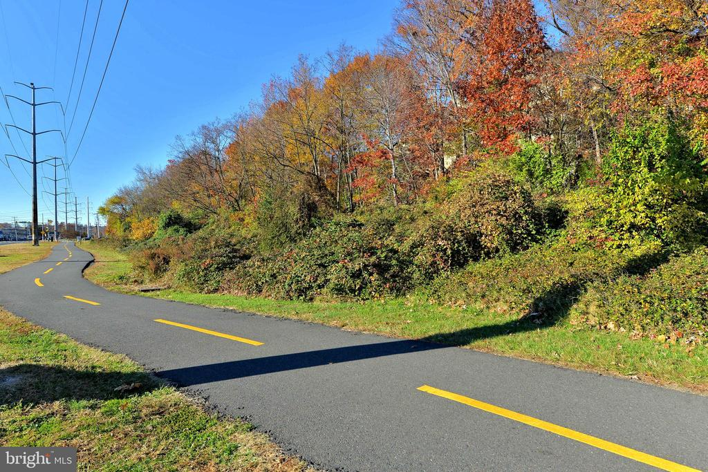 Jogging path close to community. - 4165 S FOUR MILE RUN DR #204, ARLINGTON