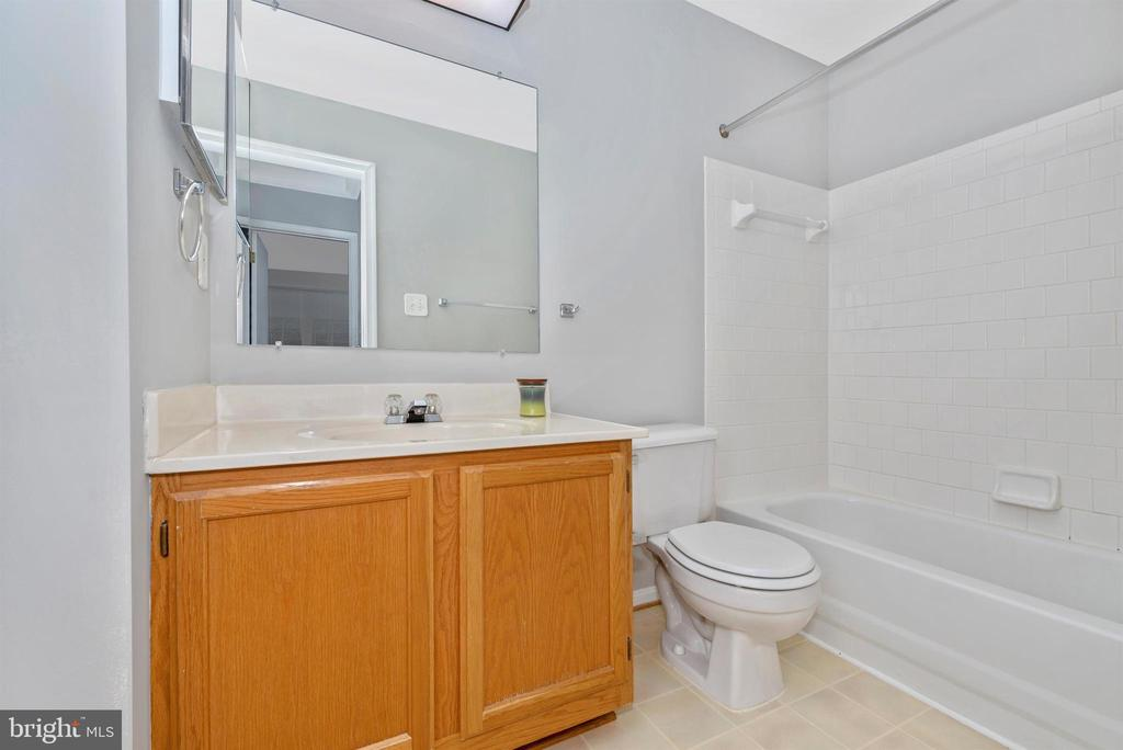 Upper Level Hall Full Bathroom - 2631 N EVERLY DR #412, FREDERICK