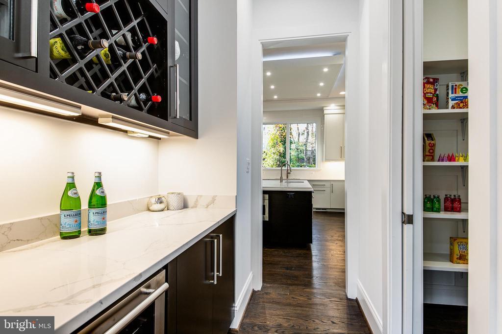 Butler's Pantry Between Dining Room & Kitchen - 4647 38TH PL N, ARLINGTON