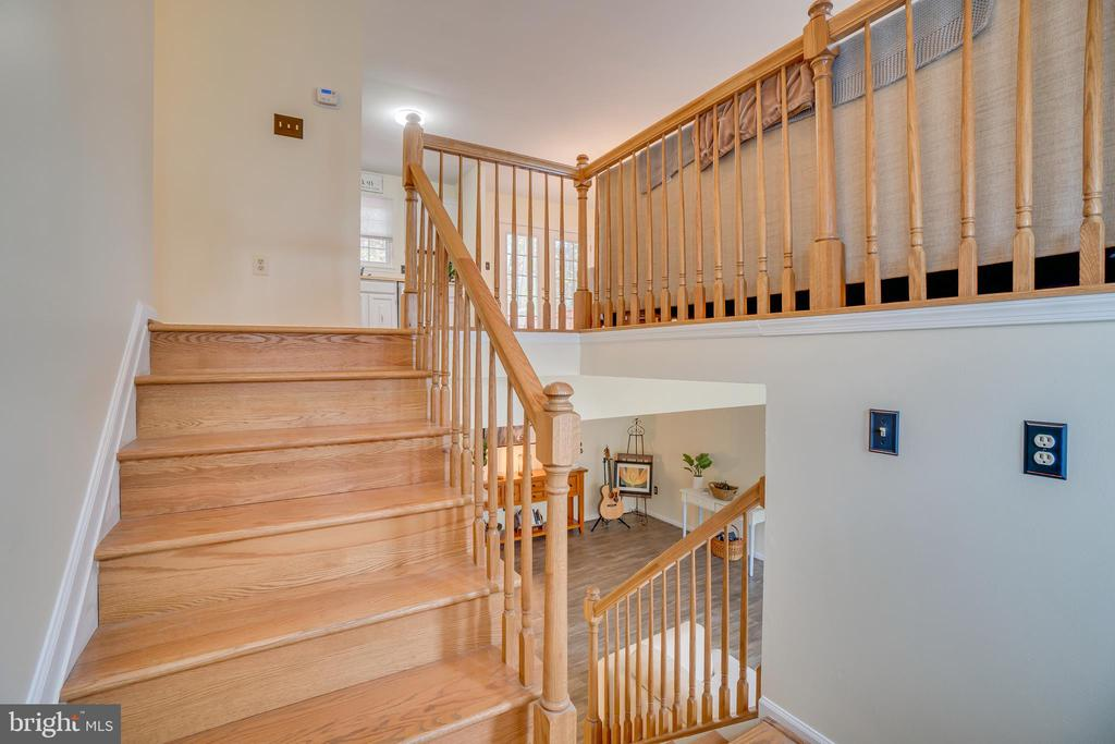 Split Foyer looking up - 11989 POINT LONGSTREET WAY, WOODBRIDGE