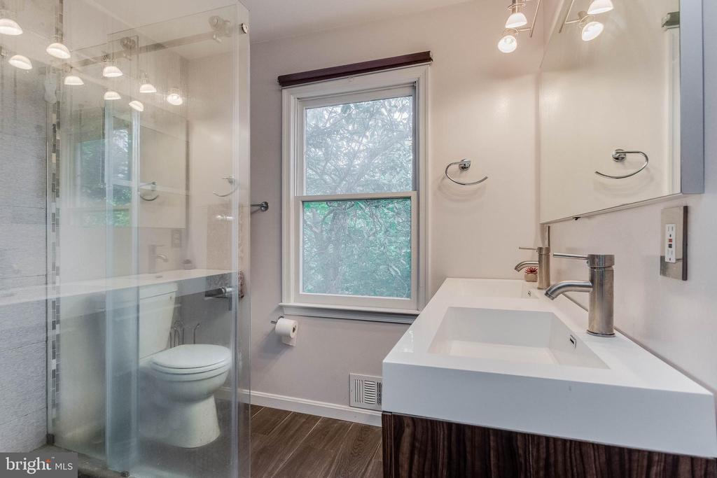 Beautiful glass shower - 3814 USHER CT, ALEXANDRIA