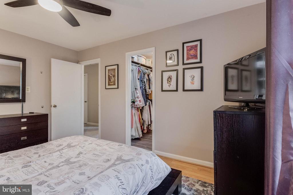 En-suite bath and walk-in closet - 3814 USHER CT, ALEXANDRIA