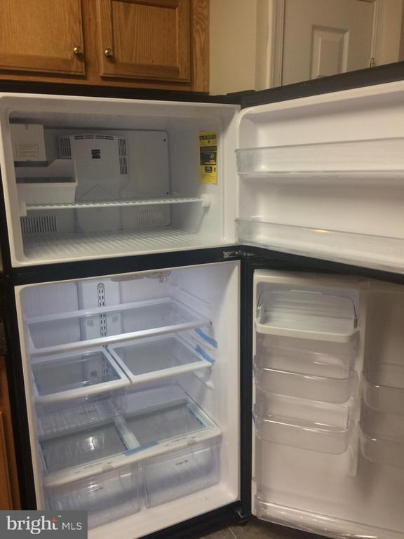 Brand NEW Sears Kenmore refrigerator w/ ice maker. - 9315 PAUL DR, MANASSAS PARK