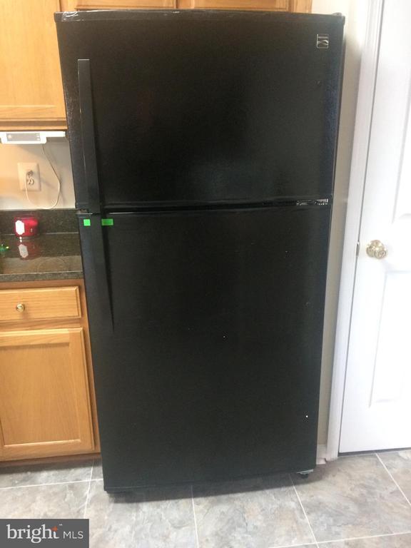 Brand NEW large refrigerator with ice maker! - 9315 PAUL DR, MANASSAS PARK