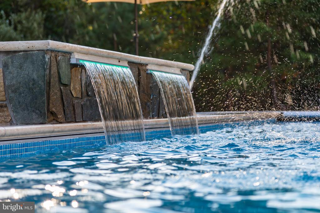 Stunning water fall. - 11643 BLUE RIDGE LN, GREAT FALLS