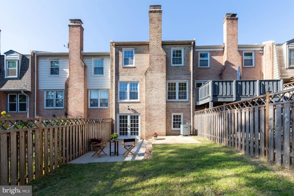 Relax, entertain, BBQ on in your fenced in yard - 1009 N TERRILL ST, ALEXANDRIA