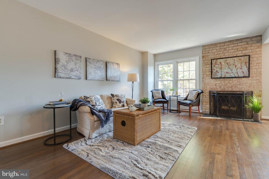 Such great light throughout the living space - 1009 N TERRILL ST, ALEXANDRIA