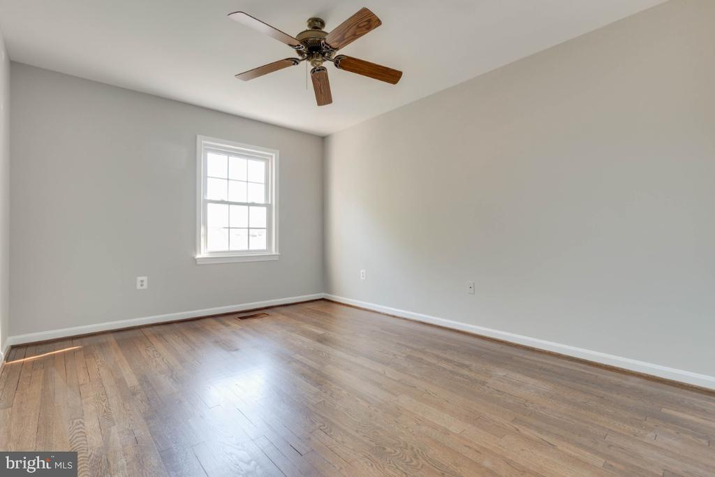 Both bedroom have ample natural light and closets - 1009 N TERRILL ST, ALEXANDRIA