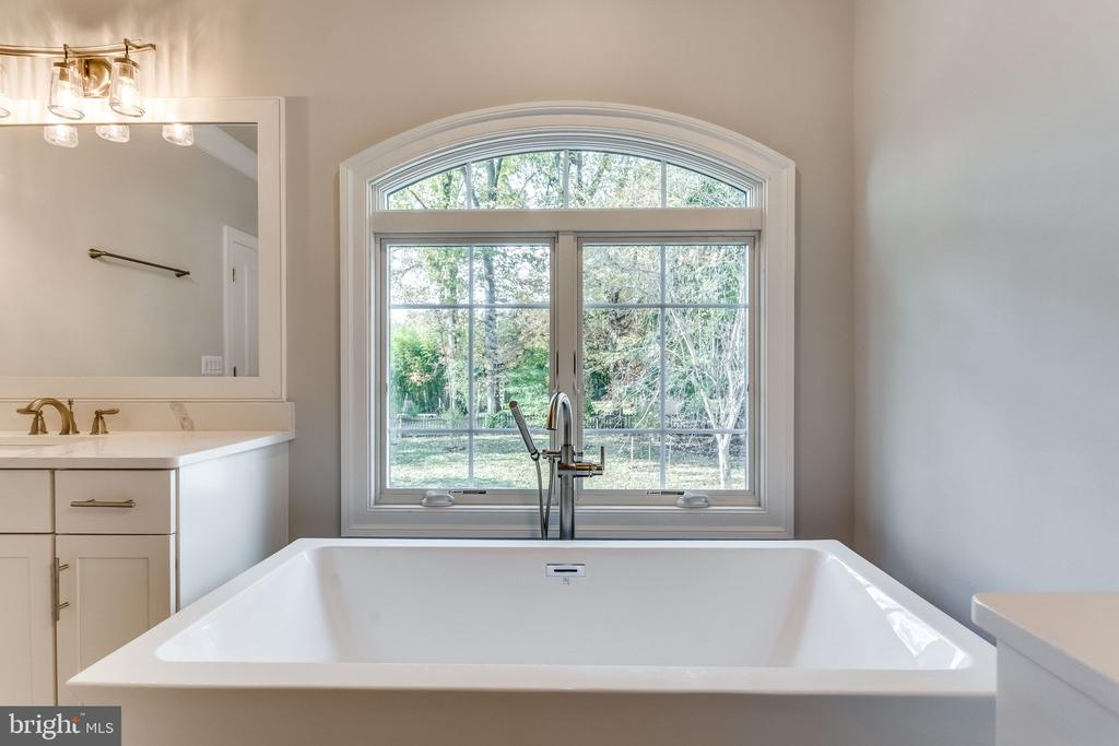 MASTER SUITE SPA SOAKING TUB. - 6593 WILLIAMSBURG BLVD, ARLINGTON