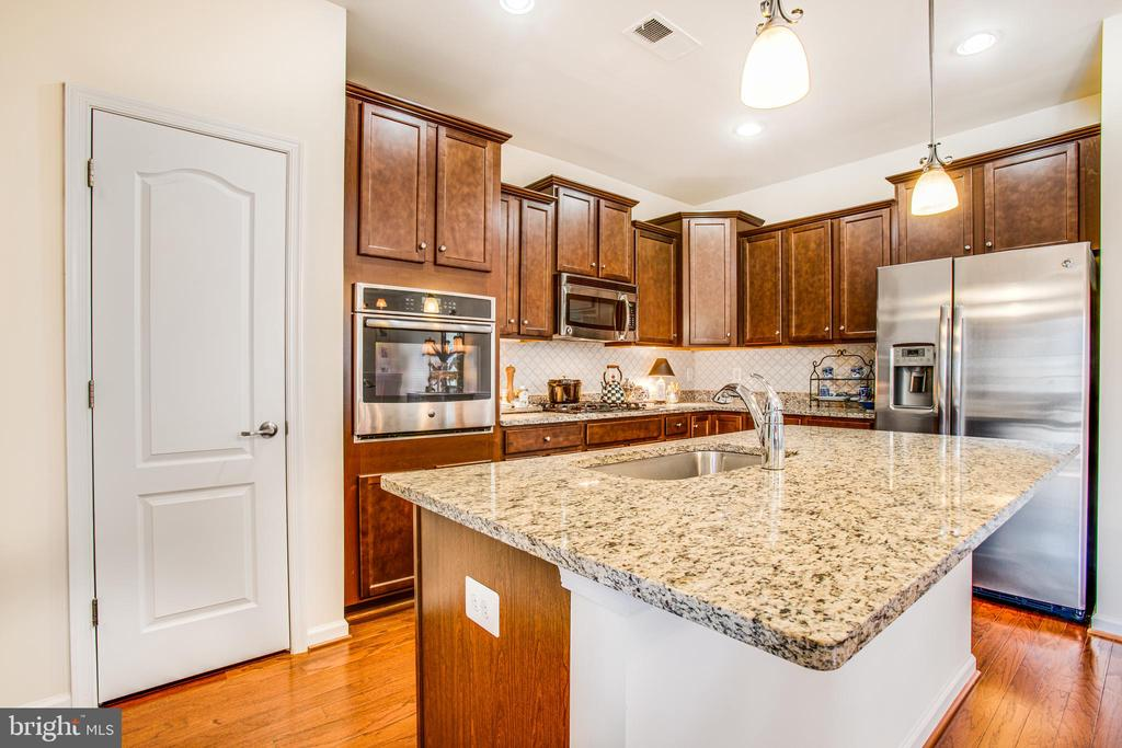 Kitchen island - granite countertop - 9808 BALLS BLUFF DR, FREDERICKSBURG