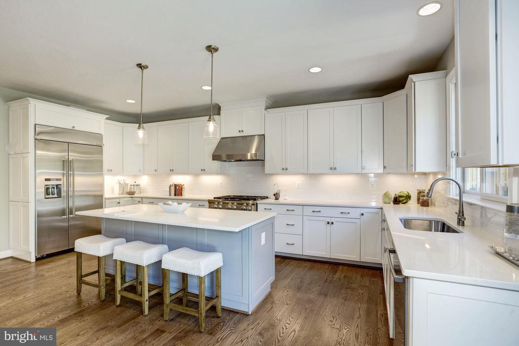 Kitchen with island - 4339 26TH ST N, ARLINGTON