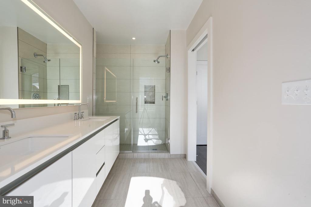 Large master bathroom - 1745 N ST NW #410, WASHINGTON
