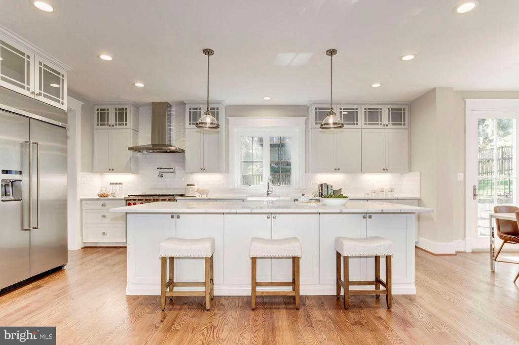 Kitchen with large island  seating - 2322 N FILLMORE ST, ARLINGTON