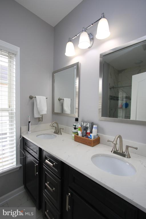 Remodeled hall bath - upper level - 21972 STONESTILE PL, BROADLANDS