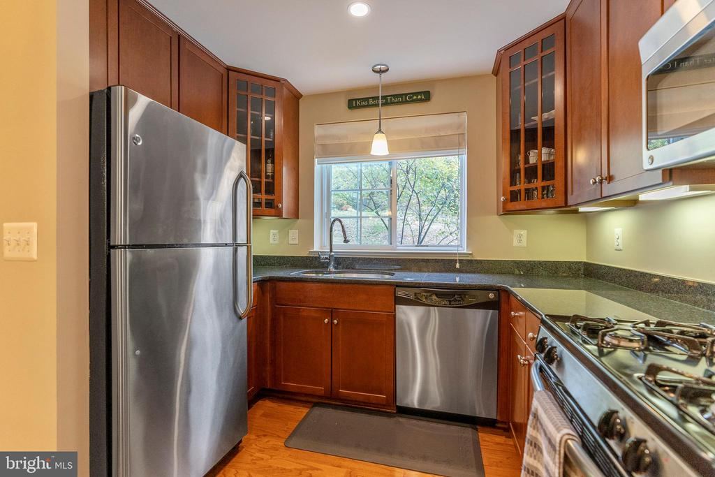 Updated kitchen - 4139 S FOUR MILE RUN DR #204, ARLINGTON