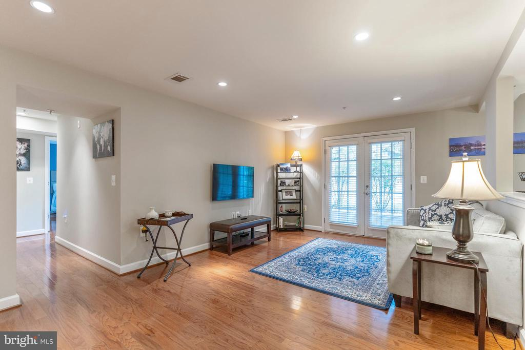Living room with gleaming hardwood floors - 4139 S FOUR MILE RUN DR #204, ARLINGTON