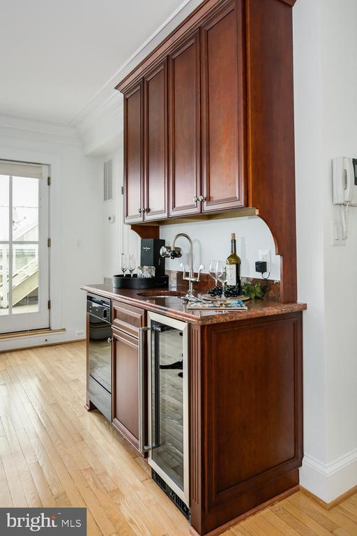 WET BAR WITH DW AND WINE COOLER - 1335 14TH ST N, ARLINGTON