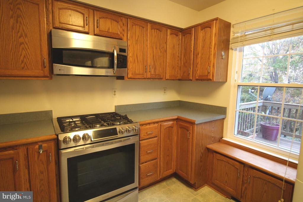 Main level - Kitchen and Window Seat - 9226 KRISTY DR, MANASSAS PARK