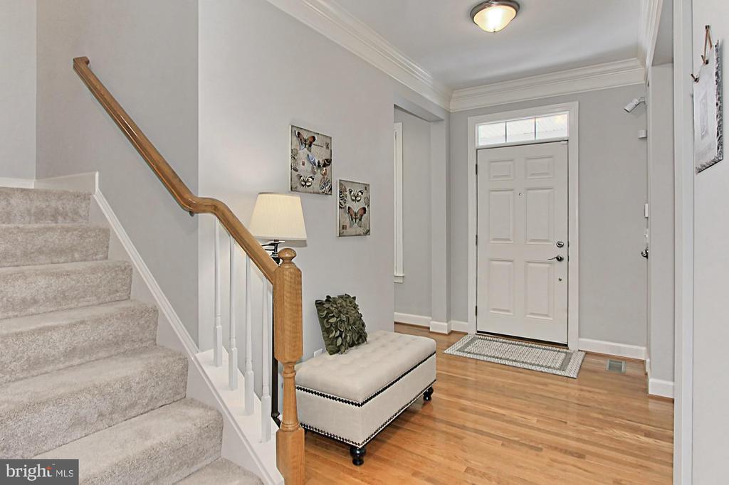 Light Filled Foyer w/ Decorative Finishes - 23082 BRONSTEIN LN, BRAMBLETON
