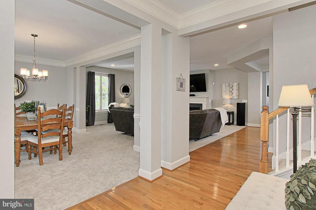 Fabulously open Floorplan w/ Neutral Paint Palette - 23082 BRONSTEIN LN, BRAMBLETON