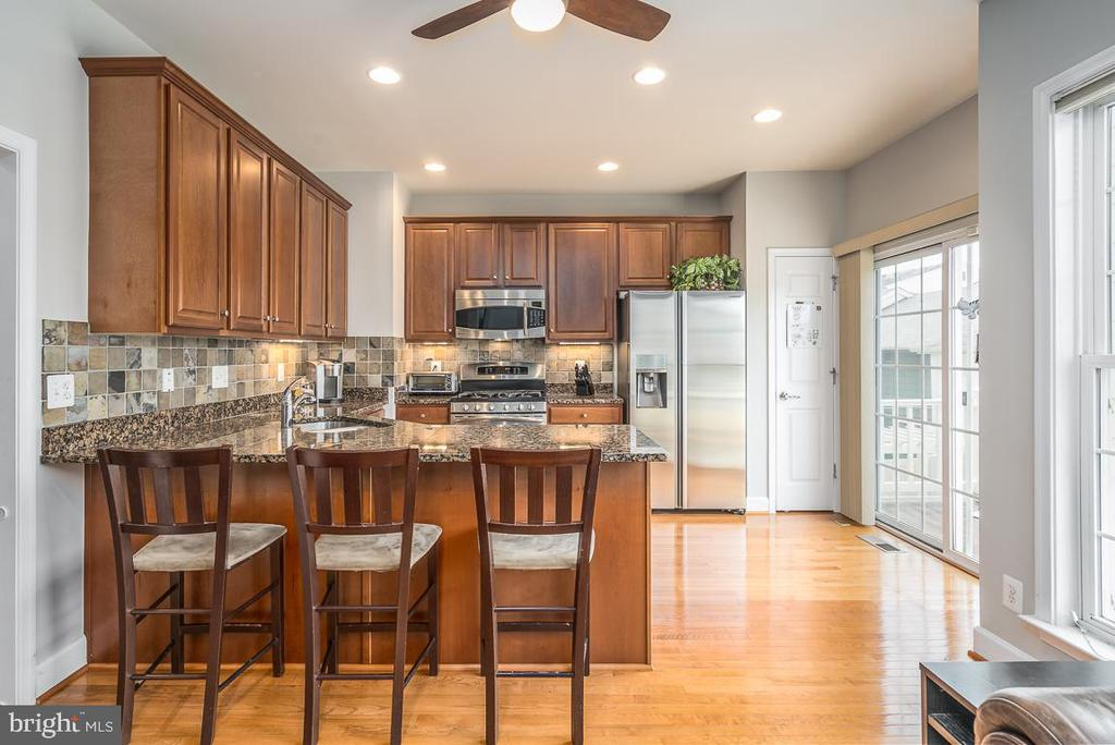 Beautiful kitchen opens to deck! - 191 GREAT LAUREL SQ SE, LEESBURG