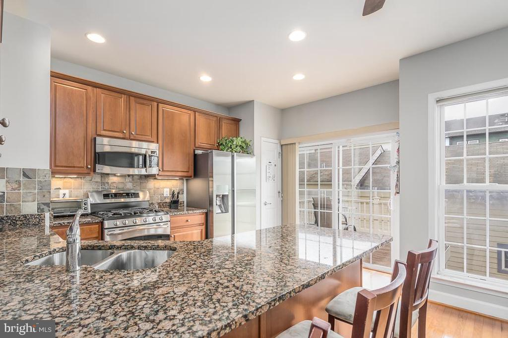Lots of counter space! - 191 GREAT LAUREL SQ SE, LEESBURG