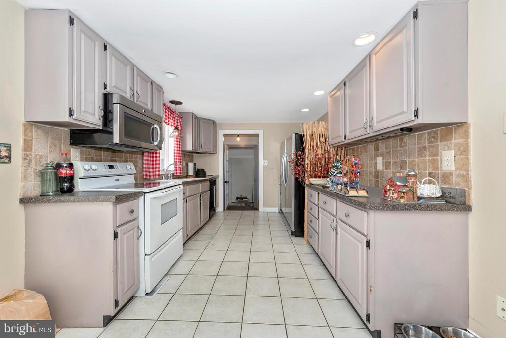 Kitchen has breakfast area with door to patio! - 108 PARK LN, THURMONT