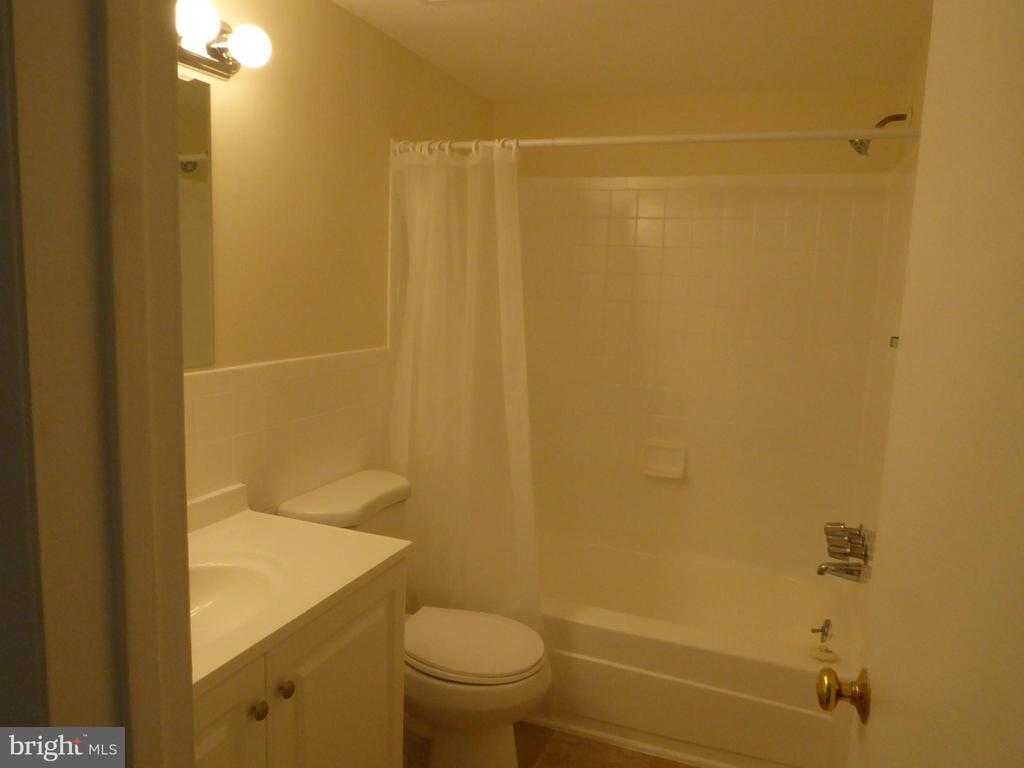 NEWLY UPDATED BATHROOM - 1543 COLONIAL DR #T-1, WOODBRIDGE