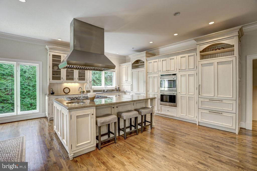 Substantial Island with Breakfast Bar - 6470 KEDLESTON CT, MCLEAN