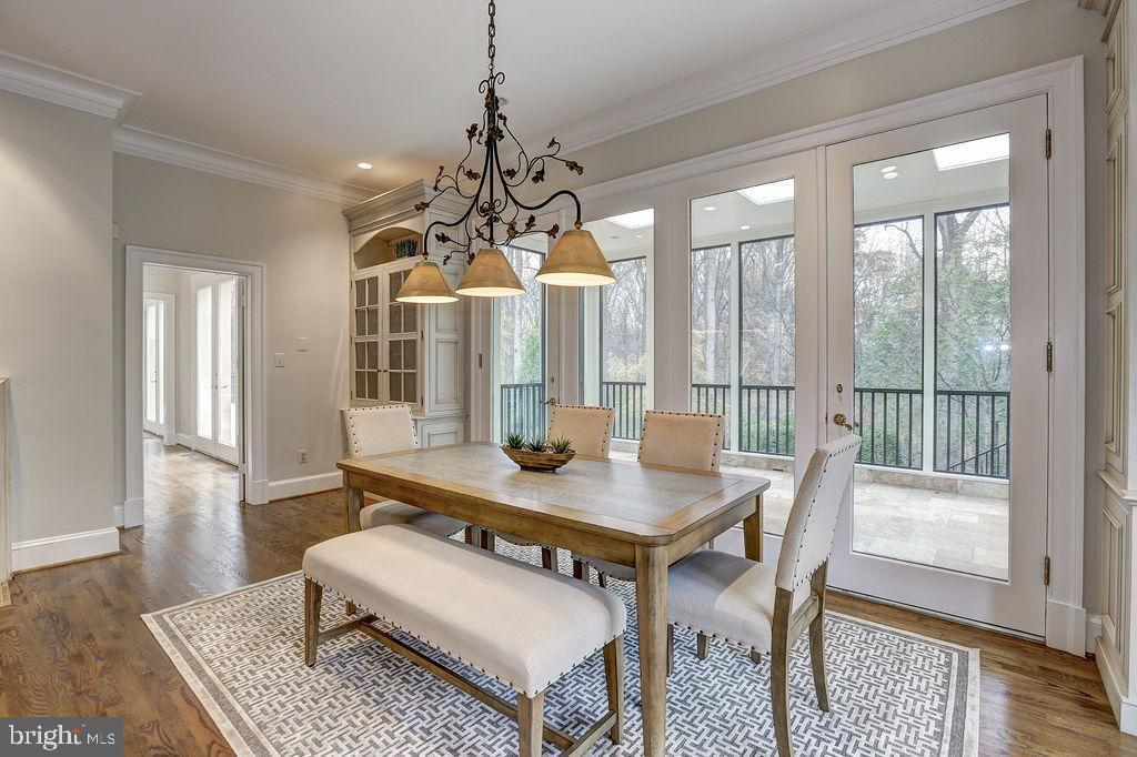 Eat-in Kitchen Opens to Sunroom - 6470 KEDLESTON CT, MCLEAN
