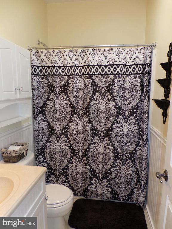 Main level hallway bathroom with tub/shower - 239 WASHINGTON ST, LOCUST GROVE