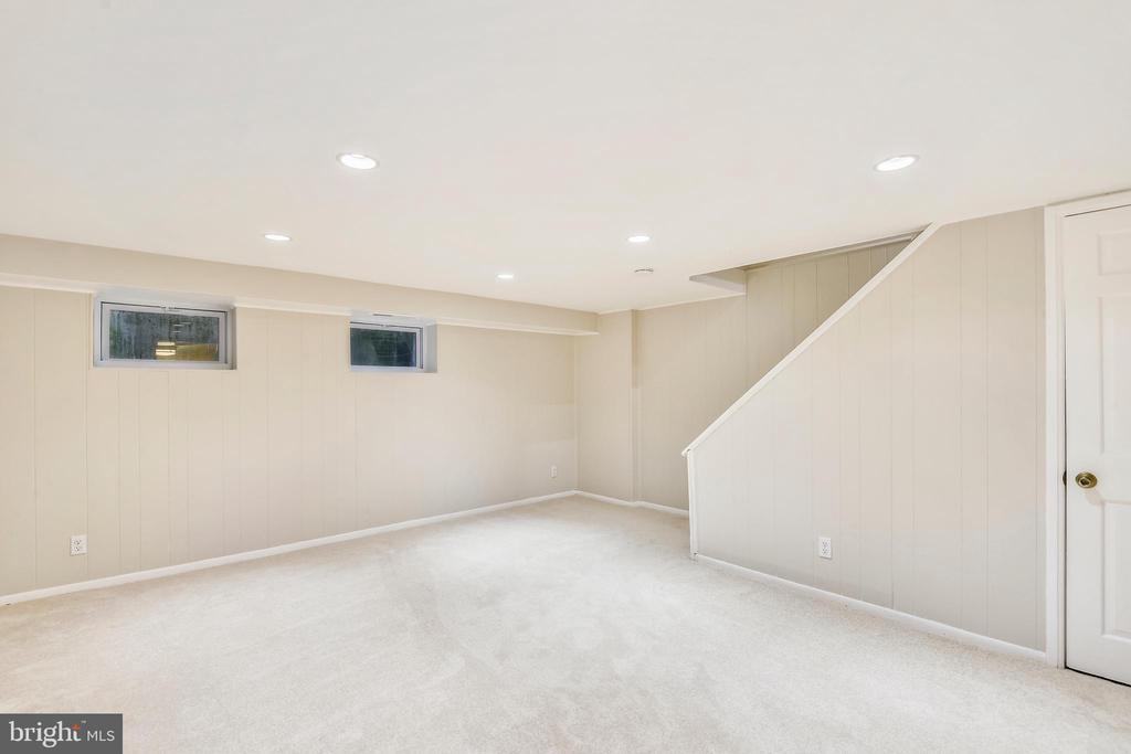 Space pops with recessed lighting & new carpet - 3022 S ABINGDON ST, ARLINGTON