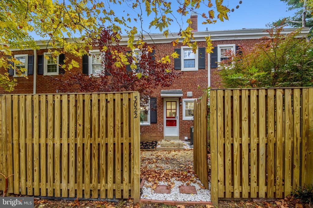 Serene fully fenced patio - 3022 S ABINGDON ST, ARLINGTON