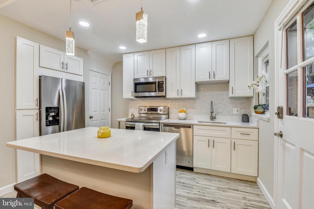 W/ custom shaker cabinetry - 3022 S ABINGDON ST, ARLINGTON